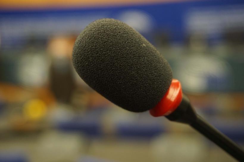 Mikrofon vor unscharfem Hintergrund