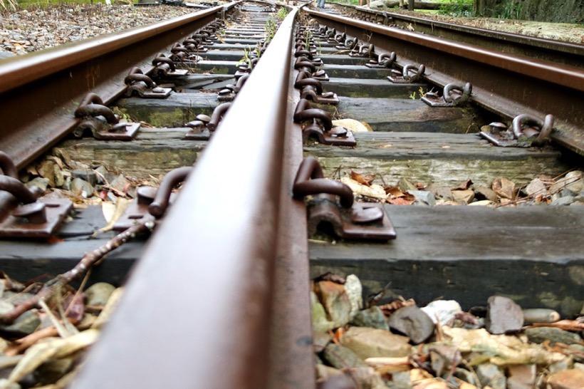 naher Blick auf Eisenbahn-Schienen