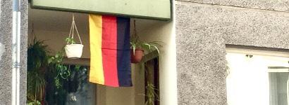 Deutschlandfahne hängt auf einem Balkon