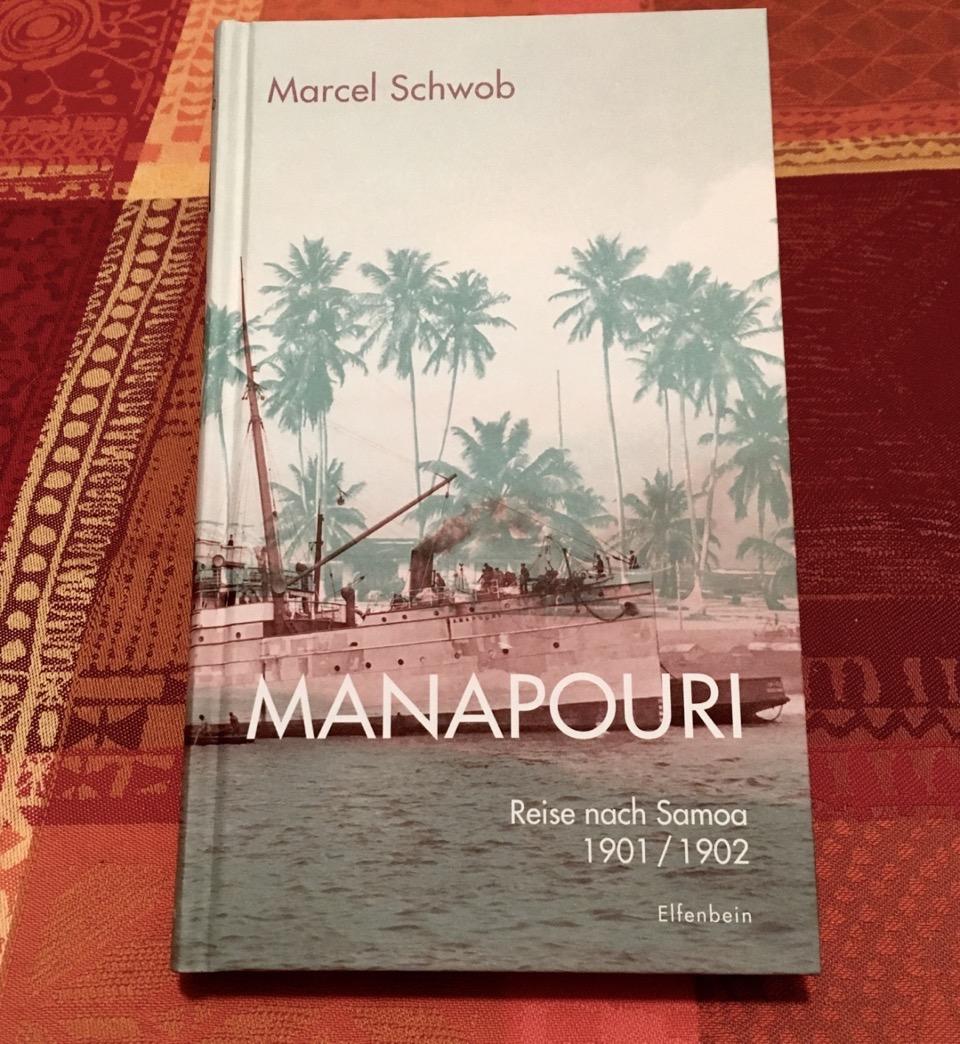 Das Buch Manapouri liegt auf einem Tisch