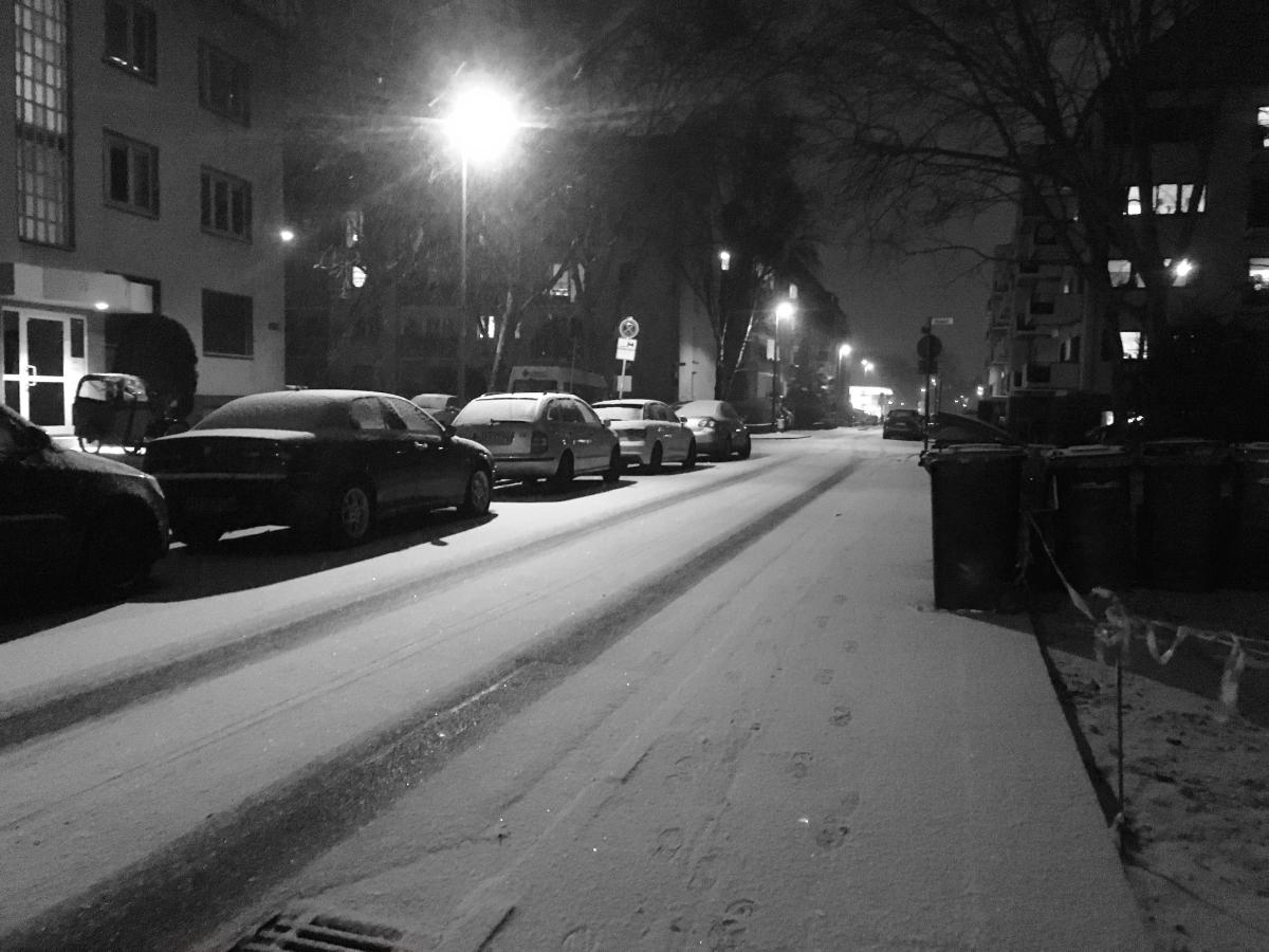 sw-Foto: Eine verschneite Straße am Abend
