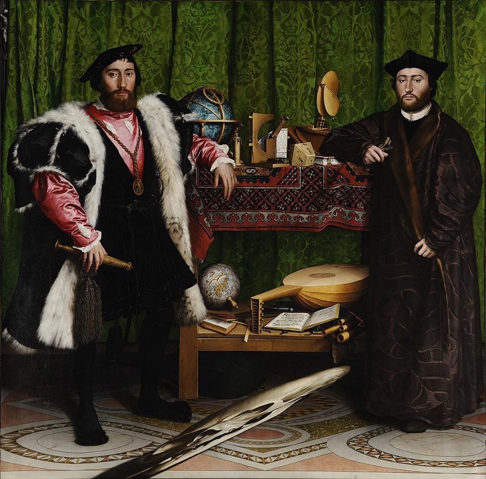 Gemälde von Hans Holbein, das zwei junge Männer in prächtigen Gewändern zeigt, die an einem Regal mit verschiedenen Gegenständen stehen; Wikipedia - Google Art Project