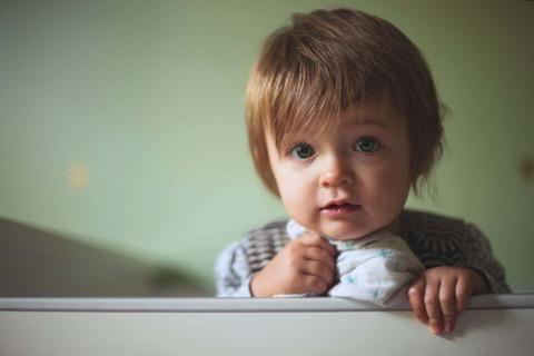 Ein Kleinkind schaut in die Kamera
