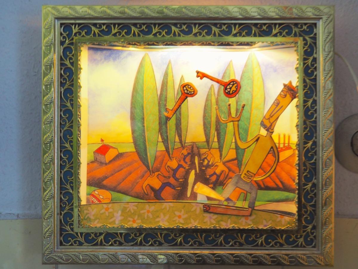 Ein buntes Gemälde mit comicartigen Figuren in einem beleuchteten goldenen Kunststoffrahmen