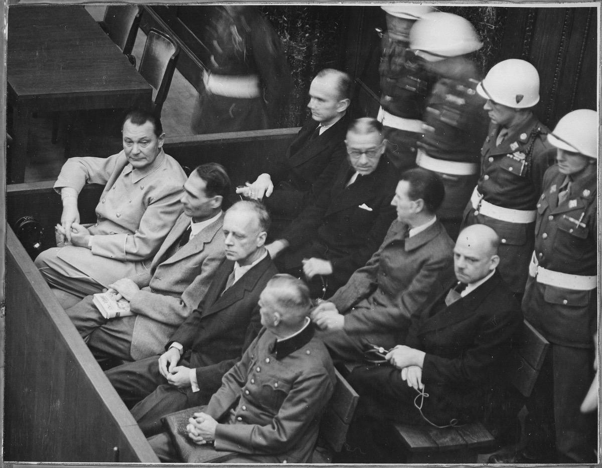Blick auf die Anklagebank, unter anderem sitzen dort Goering, Hess, Ribbentrop und Keitel